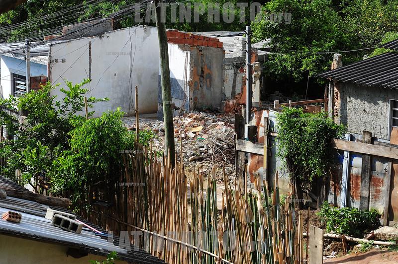 BRASIL 2012-03-25 REUNIAO NO BANHADO COM MORADORES E REPRESENTANTES DO BID - BANCO INTERAMERICANO DE DESENVOLVIMENTO PARA ACORDO AMIGAVEL E DEFINICAO DAS 285 FAMILIAS QUE MORAM NO LOCAL E QUE A PRFEITURA QUER REMOVER PARA A PASSAGEM DE UMA AVENIDA E CRIACAO DE UM PARQUE NO CENTRO DA CIDADE. O DEFENSOR PUBLICO DR JAIRO SALVADOR ESTEVE NO LOCAL E ANUNCIOU TAMBEM QUE A DEFENSORIA PUBLICA GANHOU RECENTEMENTE UMA ACAO MOVIDA POR 3 MORADORES CONTRA A PREFEITURA PELA NAO RETIRADA DE ENTULHOS DAS CASAS JA DEMOLIDAS PELA PREFEITURA. A MULTA E DE R$ 1MIL POR DIA E DEVE SER REVERTIDA A FAVOR DOS AUTORES DA ACAO. / Brasilien: Armensiedlung. © Lucas Lacaz Ruiz/LATINPHOTO.org