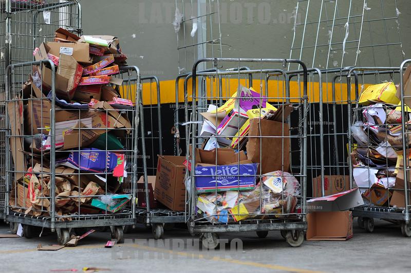 2012-04-15 Lixo reciclavel, caixas de papelão no estacionamento do Supermercado Dia de Sao Jose dos Campos - SP, centro. / Cartoneo. Reciclaje. carton reciclable. Recolector de papel y carton. / Recyclable cardboard. / Brasilien: Recycling. Wiederverwertbaren Karton. © Lucas Lacaz Ruiz/LATINPHOTO.org