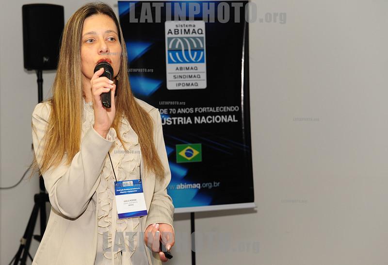 2012-04-17 EVENTO PROMOVIDO PELA ABIMAQ REGIONAL SAO JOSE DOS CAMPOS COM DUAS PALESTRAS ENFOCANDO AS LINHAS DE FINANCIAMENTOS PARA COMERCIALIZACAO DE MAQUINAS E EQUIPAMENTOS COM AS PALESTRAS DE GIZELLE REZENDE GERENTE DE FINANCIAMENTO E POSTO DE INFORMACOES ABIMAQ/BNDES (NA FOTO) E GILBERTO FIORAVANTE SUPERINTENDENTE DE NEGOCIOS E OPERACOES DA NOSSA CAIXA DESENVOLVIMENTO. O EVENTO ACONTECEU NO PARQUE TECNOLOGICO. / Brasilien © Lucas Lacaz Ruiz/LATINPHOTO.org