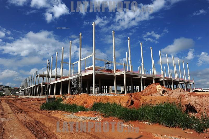 BRASIL 2012-04-01 OBRAS DO NOVO SHOPPING CENTER EM TAUBATA QUE TERA CERCA DE 200 NOVAS LOJA E VAI SE CHAMAR VIA VALE GARDEN . O SHOPPING FICA LOCALIZADO AO LADO DIREITO DA VIA DUTRA SENTIDO SAO  PAULO - RJ. Construcao em concreto. / Hormigon. / CENTRO COMERCIAL. / Shopping Center. / Brasilien: Rohbau Einkaufszentrum. Betongerüst. Baustelle. © Lucas Lacaz Ruiz/LATINPHOTO.org