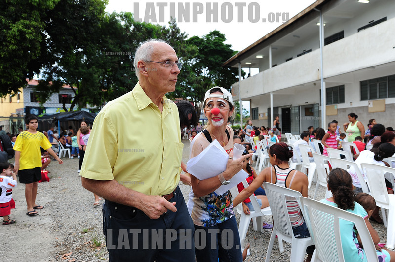 2012-04-08 O SENADOR DA REPUBLICA EDUARDO MATARAZZO SUPLICY - PT CONVERSA COM MULHERES E EX MORADORES DO ACAMPAMENTO OCUPACAO PINHEIRINHO E FALA DE RENDA MINIMA ANTES DA DISTRIBUICAO DE OVOS DE PASCOA PROMOVIDA POR VOLUNTÁRIOS DO PINHEIRINHO EM SAO JOSE DOS CAMPOS - SP BRASIL. / Eduardo Matarazzo Suplicy. Brazilian left-wing politician, economist and professor. One of the founders and main political figures on the Workers Party of Brazil (PT). / Eduardo Suplicy. / Brasilien: Der brasilianische Politiker Eduardo Suplicy. © Lucas Lacaz Ruiz/LATINPHOTO.org
