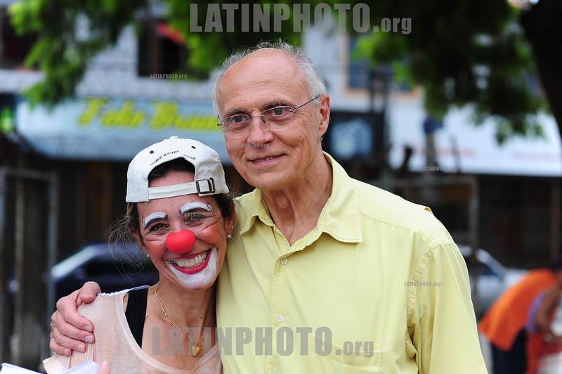 2012-04-08 O SENADOR DA REPUBLICA EDUARDO MATARAZZO SUPLICY - PT CONVERSA COM MULHERES E EX MORADORES DO ACAMPAMENTO OCUPACAO PINHEIRINHO E FALA DE RENDA MINIMA ANTES DA DISTRIBUICAO DE OVOS DE PASCOA PROMOVIDA POR VOLUNTÁRIOS DO PINHEIRINHO EM SAO JOSE DOS CAMPOS - SP BRASIL. / Eduardo Matarazzo Suplicy. Brazilian left-wing politician, economist and professor. One of the founders and main political figures on the Workers Party of Brazil (PT). / Eduardo Suplicy. / Brasilien: Der brasilianische Politiker Eduardo Suplicy. © Lucas Lacaz Ruiz/LATINPHOTO.org