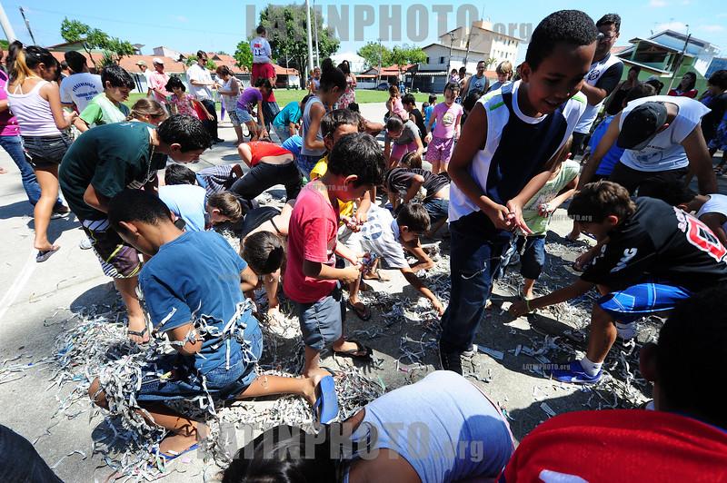BRASIL 2012-04-07 DEZENAS DE CRIANCAS SE DIVERTEM NA MALHACAO DE JUDAS, DENTRO DO JUDAS OS ORGANIZADORES COLOCAM BALAS PARA AS CRIANCAS, NO BAIRRO DA VILA CRISTINA ZONA NORTE DA CIDADE DE SAO JOSE DOS CAMPOS - SP ONDE O TEMA DESTE ANO FOI CORRUPCAO. / Judas Iscariotes. / Judas. / Brasilien: Judas. Judasfigur an Ostern. Korruption. © Lucas Lacaz Ruiz/LATINPHOTO.org