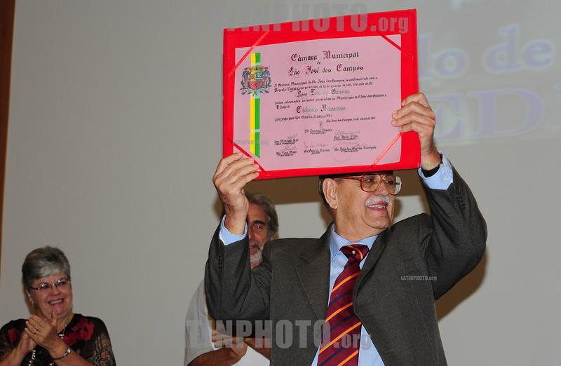 BRASIL 2012-04-21 O REVOLUCIONARIO PEDRO LOBO DE OLIVEIRA MILITANTE DA VPR VANGUARDA POPULAR REVOLUCIONARIA FOI HOMENAGEADO ONTEM A NOITE COM O TITULO DE CIDADAO JOSEENSE NA CAMARA MUNICIPAL A PEDIDO DA VEREADORA AMELIA NAOMI - PT. PEDRO LOBO FOI EXILADO PARA DIVERSOS PAISES COMO ARGELIA, CUBA, CHILE, ARGENTINA E ALEMANHA ORIENTAL ATE RETORNAR AO BRASIL NA ANISTIA. / Brasilien: Pedro Lobo. © Lucas Lacaz Ruiz/LATINPHOTO.org