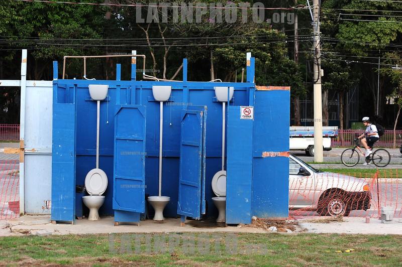 2012-04-10 OBRAS DE FINALIZACAO DA CASA DO IDOSO DO BOSQUE DOS EUCALIPTOS EM SAO JOSE DOS CAMPOS - SP QUE TEVE INVESTIMENTO DE CERCA DE R$ 8 MILHOES COM A CONSTRUCAO E MOBILIARIO. banheiros. / banos. / vacant business house. / Brasilien: Latrine. WC. Toiletten. Toilettenhäuschen. Abort. Leerstehendes Geschäftshaus. Konkurs. © Lucas Lacaz Ruiz/LATINPHOTO.org