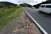 BRASIL 2012-04-26 CONDICOES DE ESTRADA NA ROD DOS TAMOIOS SP-099 QUE TERA SEU PRIMEIRO TRECHO DUPLICADO . FALTA DE ACOSTAMENTO E UMA DAS CARACTERISTICAS DA ESTRADA. NOVAS PLACAS FORAM INSTALADAS NA RODOVIA PARA ANUNCIAR AS OBRAS. FOTOS NOS KM 12 E 17 DA RODOVIA. / Brasilien: Landstrasse. Asphalt. © Lucas Lacaz Ruiz/LATINPHOTO.org