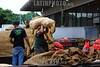 BRASIL 2012-03-30 MOVIMENTO NO CEASA DE SAO JOSE DOS CAMPOS. BATATAS. Mercado Municipal. / Mercado Central. patata. papa. / Market hall Sao Jose dos Campos. / Brasilien: Markthalle in Sao Jose dos Campos.  Kartoffelsorten. Kartoffelsack. Transport. © Lucas Lacaz Ruiz/LATINPHOTO.org