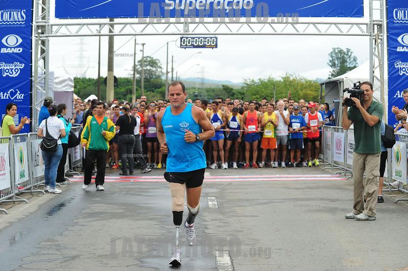 BRASIL 2012-04-22 PRIMEIRA ETAPA DE CORRIDA DE RUA SUPERACAO EM SAO JOSE DOS CAMPOS - SP BRASIL. Mesmo amputada. / Carrera a pie. Correr. / People running at the CORRIDA DE RUA SUPERACAO. Disabled sports. / Brasilien: Laufsport. Behindertensport. © Lucas Lacaz Ruiz/LATINPHOTO.org