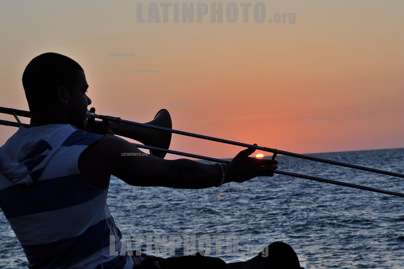 Cuba: Un hombre toca el trombon en el Malecon de la Habana. / A man plays the trombone at Havana´s Malecon (water front). 2012. / Kuba: Mann spielt auf einer Posaune am Malecon in Havanna. © Ariel Levi/LATINPHOTO.org