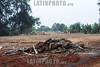 BRASIL 2012-04-20 EX MORADORES DO PINHEIRINHO FAZEM MANIFESTACAO EM FRENTE AO TERRENO E A PREFEITURA EM SAO JOSE DOS CAMPOS - SP BRASIL  COBRANDO AS CASAS PROMETIDAS PELO GOVERNO ESTADUAL E MUNICIPAL, LIDERANCAS PRETENDIAM PROTOCOLAR UMA CARTA POREM A PREFEITURA FECHOU AS PORTAS E REFORCOU A SEGURANCA. / Pinheirinho. / Brasilien: Räumung der Armensiedlung Pinheirinho. Umweltbelastung. Umweltverschmutzung. Bodengifte. © Lucas Lacaz Ruiz/LATINPHOTO.org
