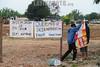 BRASIL 2012-04-20  EX MORADORES DO PINHEIRINHO FAZEM MANIFESTACAO EM FRENTE AO TERRENO E A PREFEITURA EM SAO JOSE DOS CAMPOS - SP BRASIL COBRANDO AS CASAS PROMETIDAS PELO GOVERNO ESTADUAL E MUNICIPAL, LIDERANCAS PRETENDIAM PROTOCOLAR UMA CARTA POREM A PREFEITURA FECHOU AS PORTAS E REFORCOU A SEGURANCA. NA FOTO O TERRENO DO PINHEIRINHO ONDE EXISTE UMA DENUNCIA QUE TODO O ENTULHO ESTA SENDO JOGADO NA PARTE DE TRAZ DO TERRENO ONDE EXISTE UMA NASCENTE E E AREA DE PRESERVACAO PERMANENTE. / Brasilien: Ehemalige Bewohner der zerstörten Siedlung Pinheirinho demonstrieren. © Lucas Lacaz Ruiz/LATINPHOTO.org