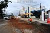BRASIL 2012-03-25 INICIO DAS OBRAS NA RUA MAJOR ANTONIO RODRIGUES NO CENTRO EM SAO JOSE DOS CAMPOS - SP. AS OBRAS SAO DA SABESP E DA URBAN. O PONTO DE ANIBUS DA RUA ESTARA DESATIVADO E AS PESSOAS DEVEM PEGAR OS ONIBUS PELA REDONDEZA. / BRAZIL EARLY WORKS IN THE STREET MAJOR ANTONIO RODRIGUES IN THE CENTER IN SAO JOSE DOS CAMPOS. / Brasilien: Strassenarbeit in Sao Jose dos Campos. Bagger. © Lucas Lacaz Ruiz/LATINPHOTO.org