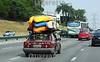 BRASIL 2012-04-20 CENA DA CIDADE VEICULO TRAFEGA NO ANEL VIARIO EM SAO JOSE DOS CAMPOS - SP BRASIL COM DIVEROS CAIAQUES COLORIDOS. / Viaje al fin de semana. Coche cargado con canoas en la carretera. / Trip to the weekend. Car loaded with canoes on the highway. / Brasilien: Fahrt ins Weekend. Auto beladen mit KAnus auf der Autobahn. © Lucas Lacaz Ruiz/LATINPHOTO.org
