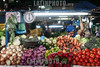 Venezuela : Mercado Municipal de San Martin / San Martin Municipal Market in Caracas / Venezuela : Zentralmarkt in Caracas - Früchte und Gemüse - Markt - Versorgung - Tomaten - Zwiebeln - Peperonis - Karotten - Waage - Gewichtswaage © Alexander Sánchez/LATINPHOTO.org