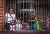 Venezuela : Viacrucis en el barrio El Nazareno Petare - Viernes 6 de abril de 2012 / Mütter und Kinder vor einem vergitterten Fenster  in Caracas © Alexander Sánchez/LATINPHOTO.org