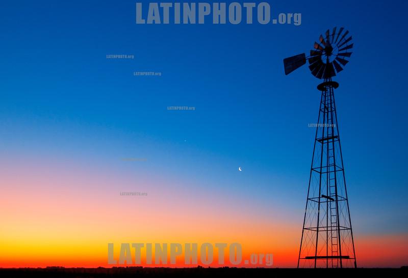 Argentina : Agricutura - molino de agua / Argentinien : Wasserspeicher - Abendrot - Landschaft - Mond - Hacienda © Silvina Enrietti/LATINPHOTO.org