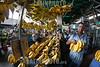 Venezuela : Mercado Municipal de San Martin / San Martin Municipal Market in Caracas / Venezuela : Zentralmarkt in Caracas - Früchte und Gemüse - Markt - Versorgung - Händler verkauft Bananen © Alexander Sánchez/LATINPHOTO.org
