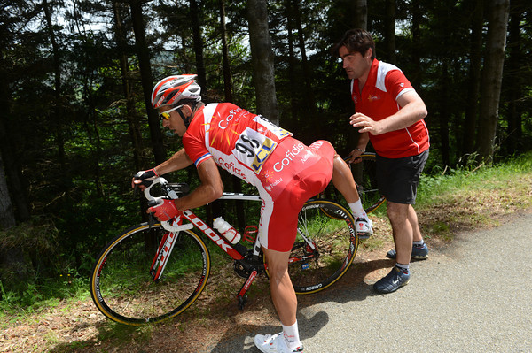 Nicholas Vogondy makes a lightening wheel-change on the long descent...