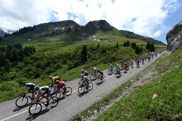 The peloton descends the Col de la Colombiére with Wiggins close to the front...