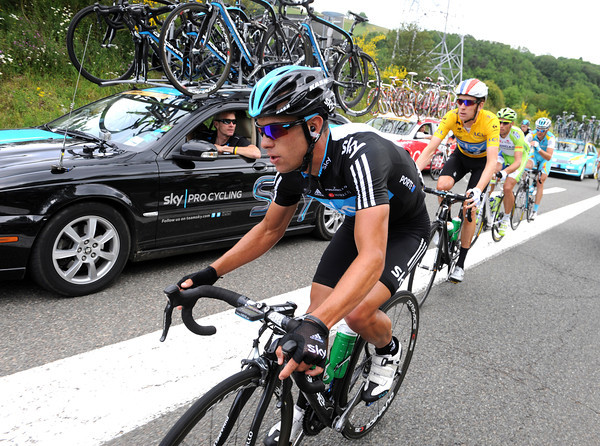 It's not raining though, so Richie Porte brings Wiggins back into the peloton...