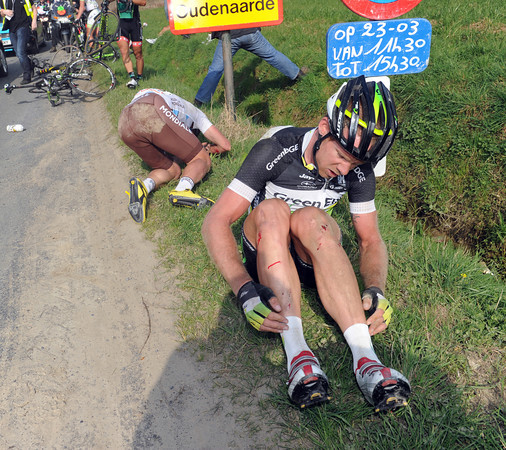 Jens Mouris of Green Edge quits the race with his multiple injuries...