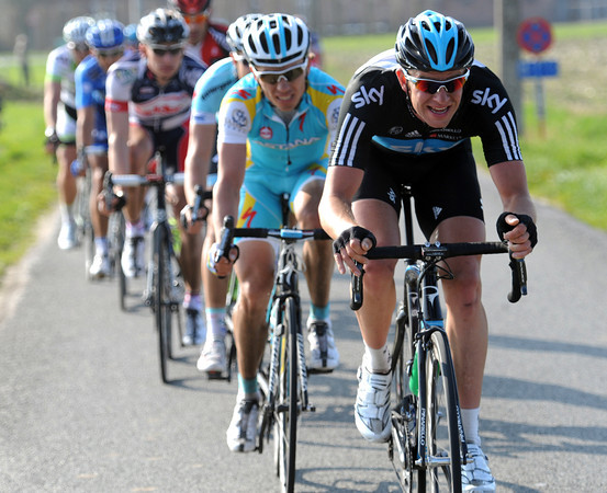 Stannard is burying himself 40-seconds back, trying to get Cavendish across to the front group...