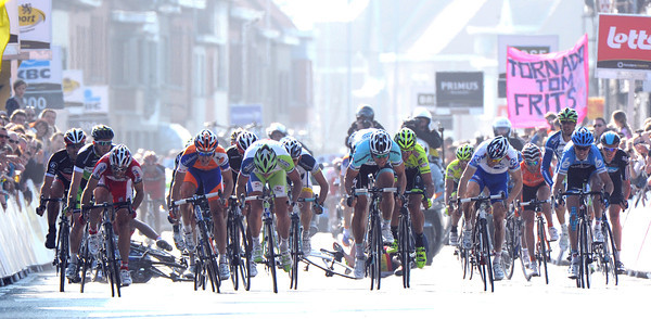 It's a big sprint into the finish - and there's been a crash behind the leaders..!