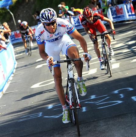 Casar makes a big attack on the last climb - Santaromita and Bakelandts go with him...