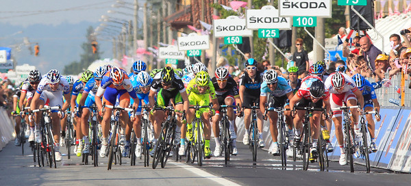 It's a furious sprint into Cervere - who's leading then..?!