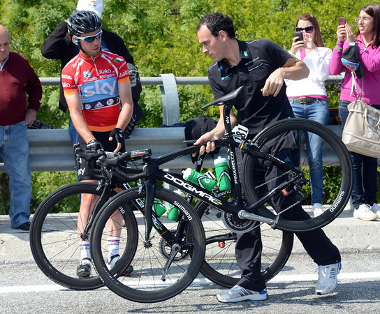 As per the plan, Cavendish switches to his preferred sprinting bike at the top of the main climb...