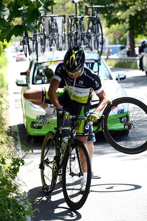 Fumiyuki Beppu makes a quick wheel change...