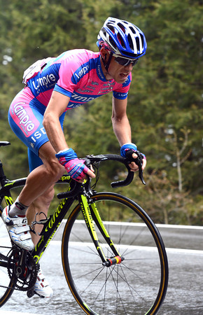 Damiano Cunego is chasing Rujano up to the summit of the Joux mountain...