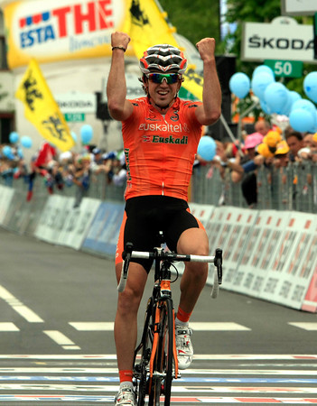 Jon Izaguirre wins stage sixteen on the eve of the Giro's entry into the Dolomites...