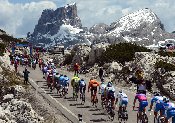 The main peloton has some spectacular rocky spires to gaze at before it begins the descent down the valley...
