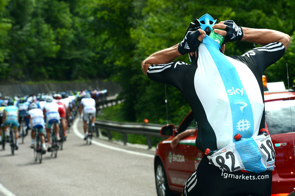 Bernhard Eisel switches from protecting Cavendish to collecting water-bottles - Sky is working too hard today..!