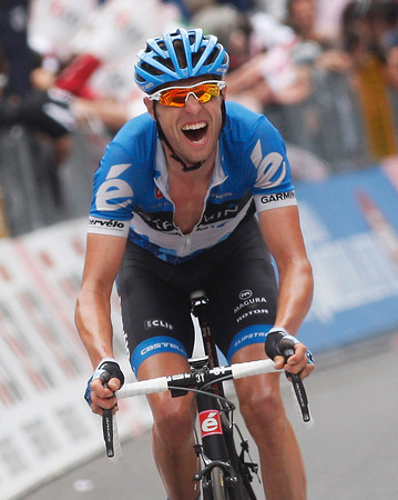 Hesjedal sprints to the line 19-seconds later - and moves closer to the race-lead..!