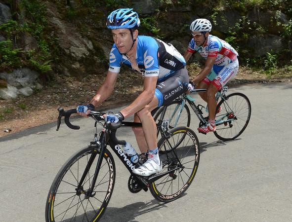 Vande Velde closes the gap with Serpa on his wheel...