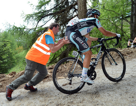 Michael Kwiatkowsi needa a hefty push, it's getting tough for the tired riders at the back...