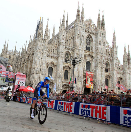 Ryder Hesjedal finishes in front of Milan's Duomo, shattered by his effort..but winner of the Giro..!