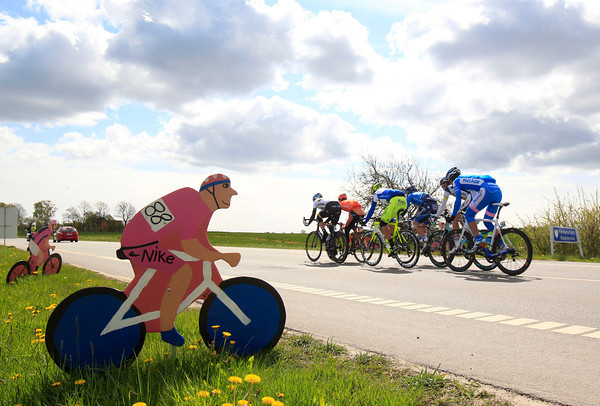 The escape speeds past some Giro tributes on its first lap around Horsens...