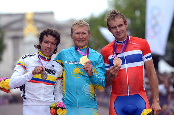 Alexandre Vinokourov poses with Rigoberto Uran and 3rd-placed Alexander Kristoff in London