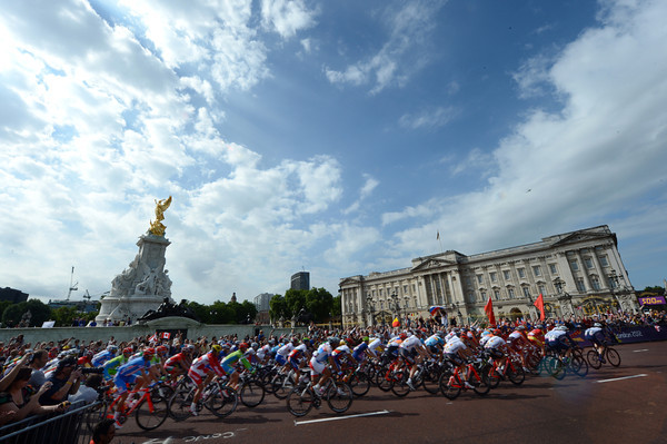 The mens road race leaves London via Buckingham Palace...