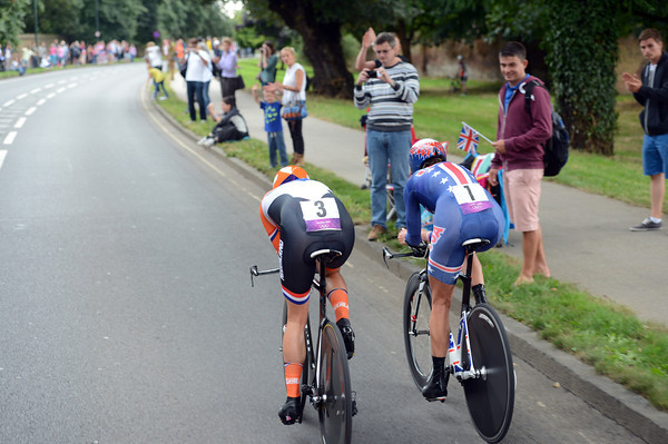 Armstrong catches Marianne Vos for three minutes in the last kilometre..!