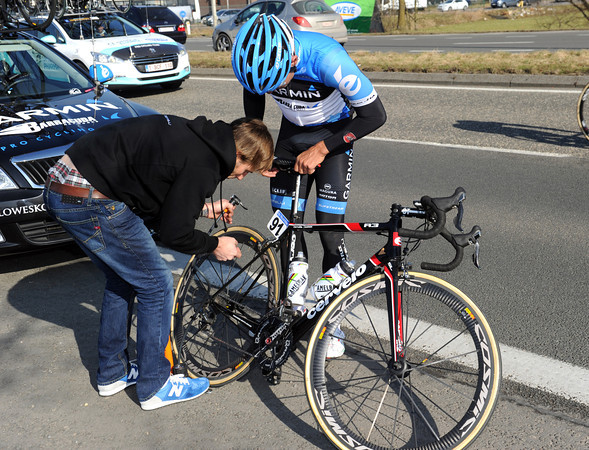 Heinrich Haussler calls on the Garmin mechanic to use a foot-pump and increase the pressure in one of his tyres...