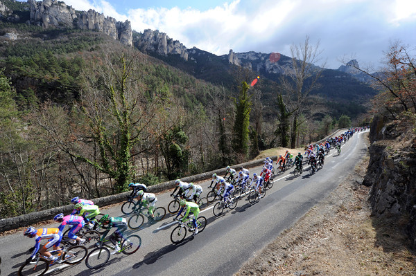 The peloton enters the Gorges du Tarn, almost six minutes behind the escape...