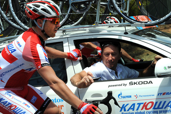 The race has covered just 23-kms for the first hour - Luca Paolini shows his computer to team-director, Dmitri Konychev to prove it...