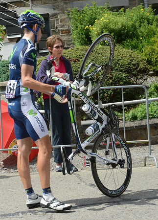Emmanuele Erviti stops to see why his bike is making noises...