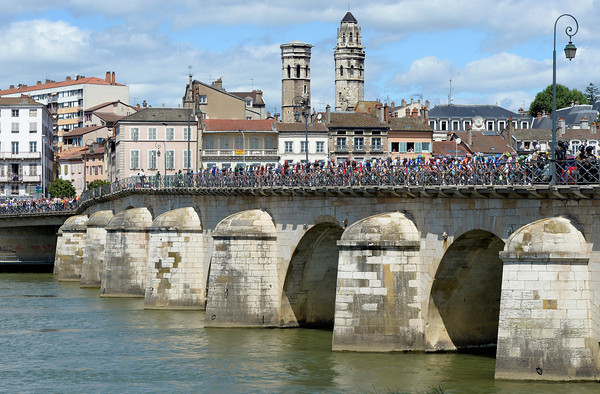 The peloton leaves Macon by crossing the Saone river...