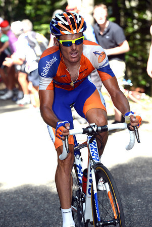 Luis Leon Sanchez has countered Scarponi's move and gone away alone...
