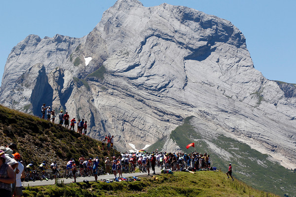 The Col d'Aubisue saw the peloton approach the summit almost seven minutes down...